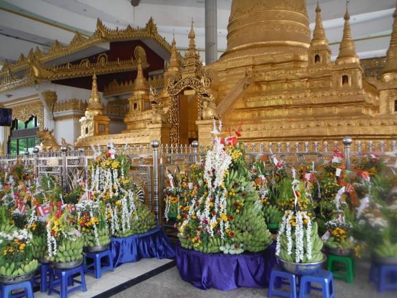 ... avant de filer avec sa famille faire le tour des pagodes, où il y avait de nombreuses offrandes.