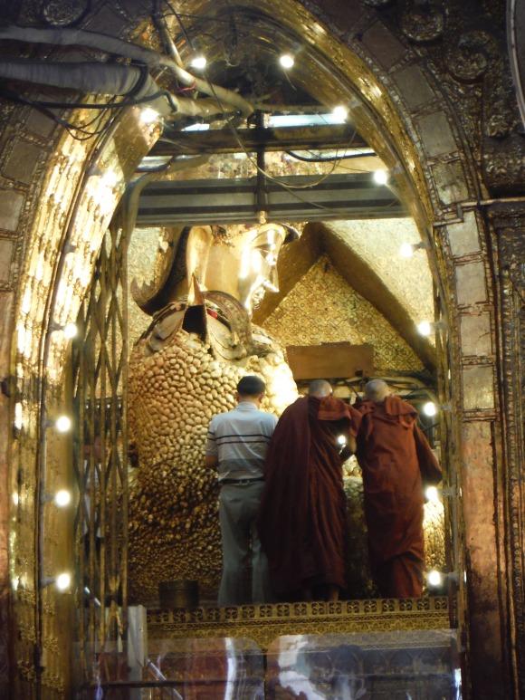 Le Bouddha de la pagode Mahamuni, tout boursouflé de feuilles d'or