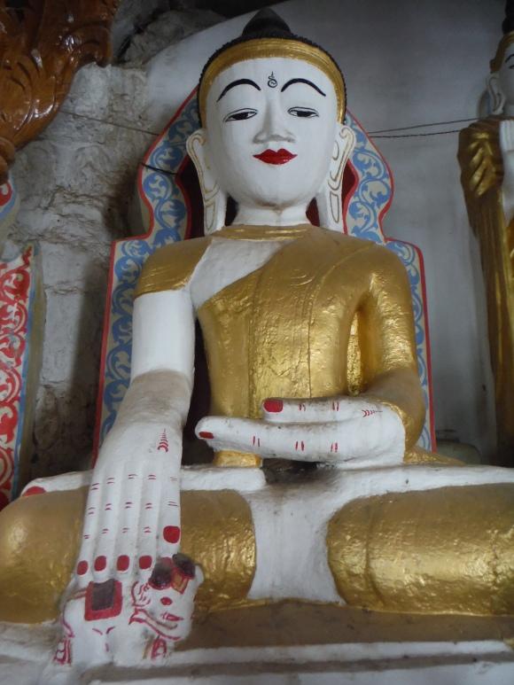 Surprenante statue où Bouddha touche un éléphant, si quelqu'un a une explication...