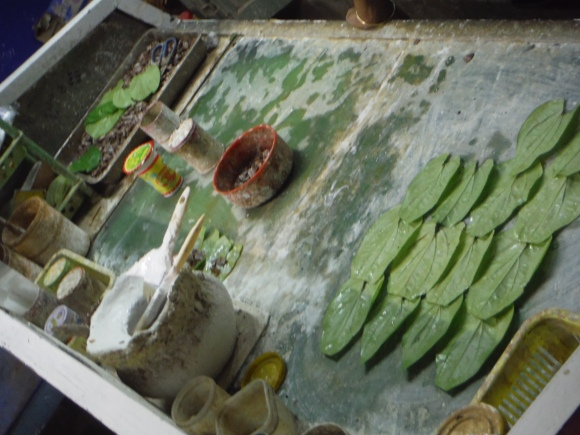 Préparation du betel (la noix est enveloppée dans une feuille)
