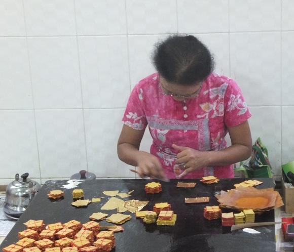 Puis conditionnement des petites feuilles d'or ultra-fines qui seront ensuite vendues aux fidèles