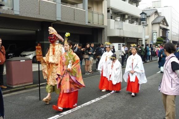 En tête de la procession, la princesse et le démon
