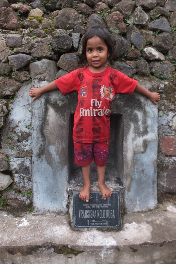 Une minute plus tôt elle discutait avec son aïeul(e) à travers la pierre tombale ;-)