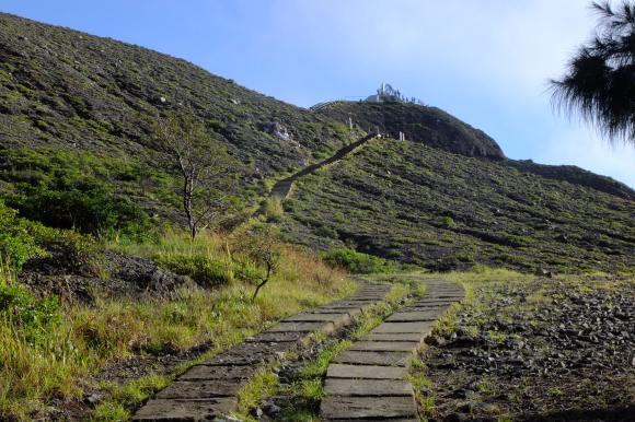 Chemin vers le sommet du Kelimutu
