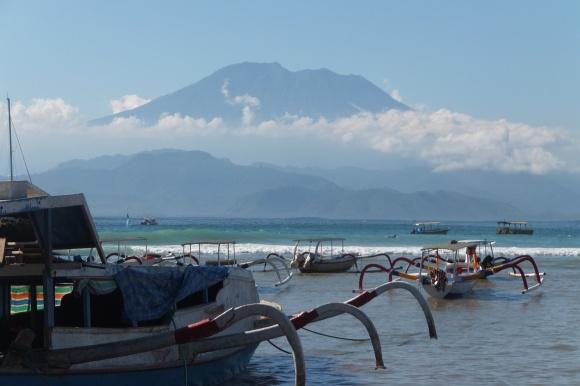 Vue sur le Gunung Agung (Bali) depuis Lembongan, et bateaux typiques balinais