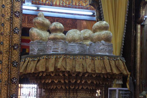 Les cinq célèbres Bouddhas de la pagode ont été tellement recouverts de feuilles d'or qu'ils sont méconnaissables
