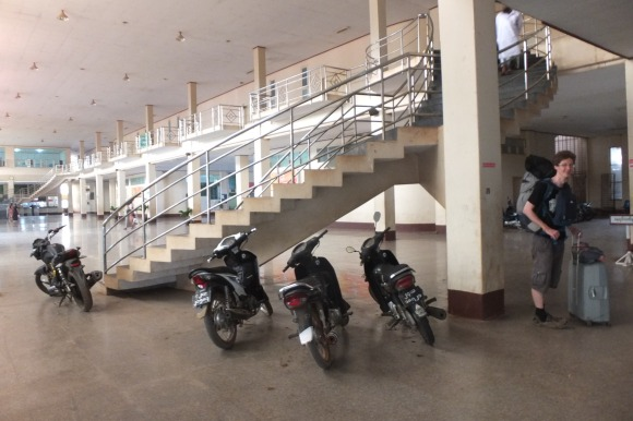 Première différence de culturelle, ici les scooters sont garés DANS la gare. C'est un concept à creuser !