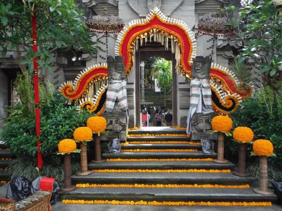 L'entrée toute décorée pour l'occasion du musée d'Ubud