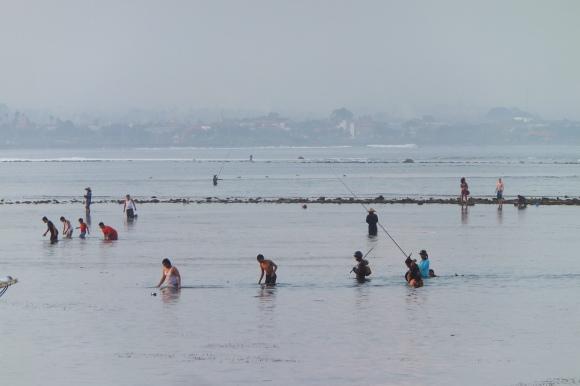 Dès que le soleil descend, les pêcheurs s'installent