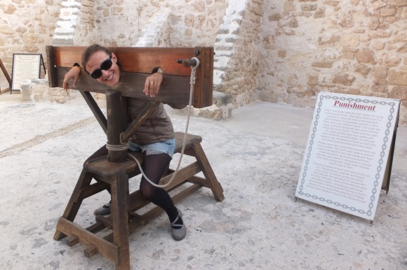 Je donne de ma personne lors de la visite de la Round House, une ancienne prison