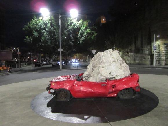 A The Rocks, la voiture écrasée par un rocher est toujours là !