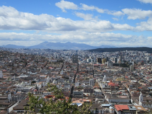 Au premier plan le Quito colonial, au second plan les hautes tours du Quito moderne
