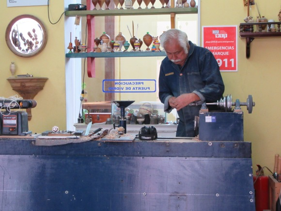 ... et ses petites boutiques, ici le fabricant de toupies en bois