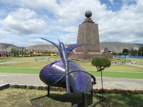 Le site est décoré de dizaines de colibris-bancs stylisés