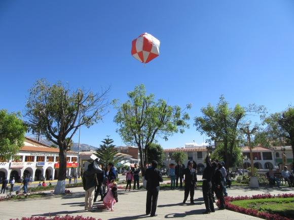 Lâcher de lanterne sur la Plaza de Armas