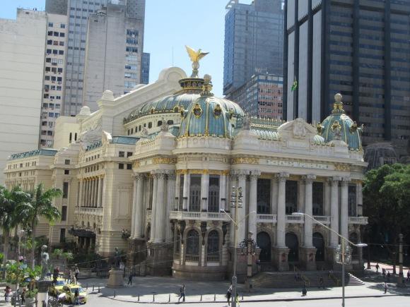 """Le """"theatro municipal"""" (équivalent de l'opéra), vu depuis la terrasse de l'hôtel de ville"""