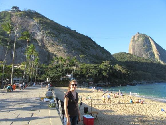 La petite plage au pied du Pain de Sucre