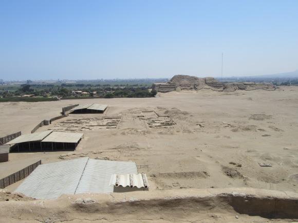 Les vestiges de la ville et Huaca del Sol dans le fond