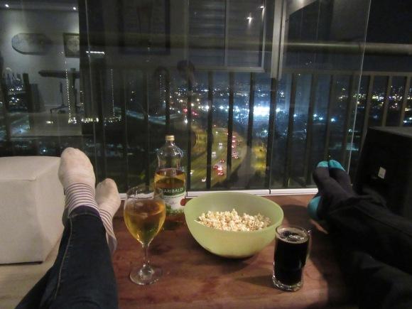 Apéro face à la vue (non, on ne regarde pas la couleur des chaussettes post-journée de vadrouille dans Sao Paulo....)