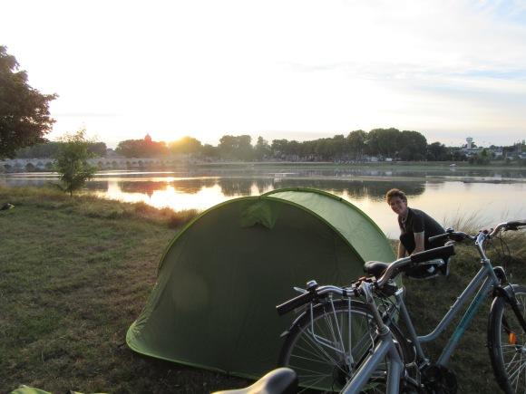 Notre spot camping à Beaugency, toute une histoire (en fait je pense qu'on a dormi dans un campement de gens du voyage...)