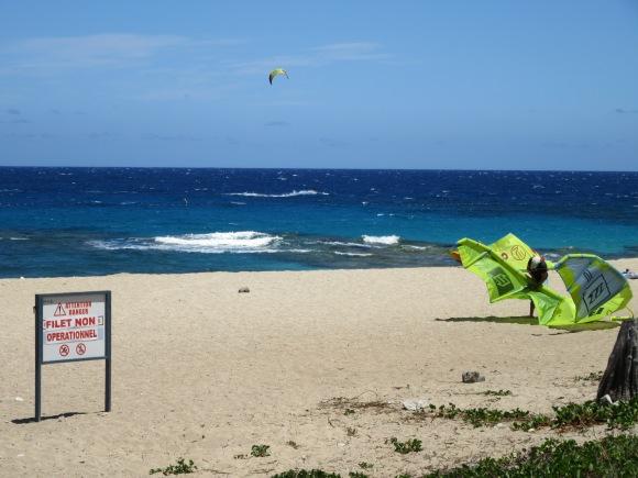 La perméabilité du filet anti-requins n'empêche pas les kite surfeurs de sortir