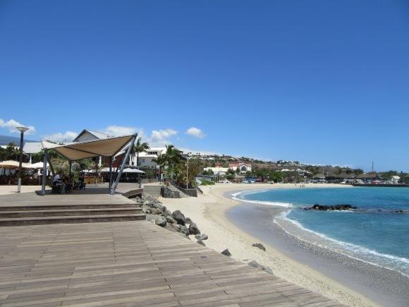 Pique-nique sur l'esplanade devant la plage de Saint Gilles