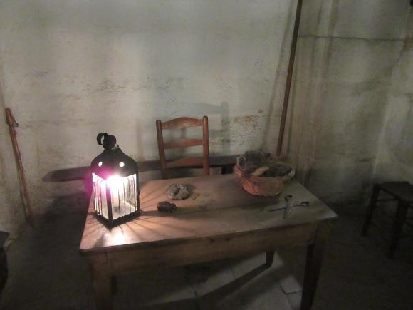 Reconstitution de la pièce où les cheveux des condamnés étaient coupés avant de passer à la guillotine