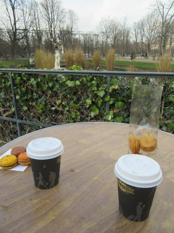 Au milieu de la visite, une petite pause thé/macarons avec ma cousine venue tout droit de Dijon !